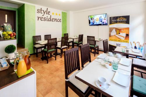A restaurant or other place to eat at Style Residence Sibiu Rooms & Studios