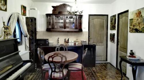 A kitchen or kitchenette at Casa Lili