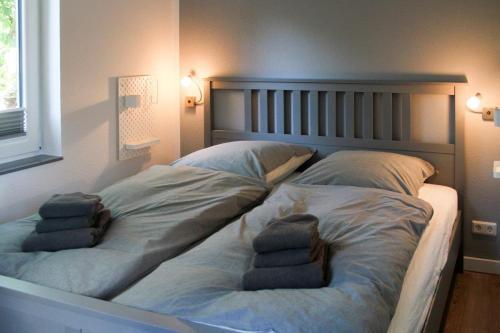 Ein Bett oder Betten in einem Zimmer der Unterkunft Haus an den Salzwiesen - Wohnung Heringsmöwe