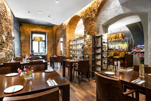 Un restaurante o sitio para comer en Aparthotel Stare Miasto