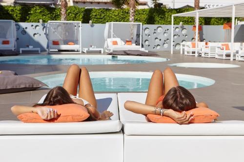 Piscina de la sau aproape de Ibiza Sun Apartments