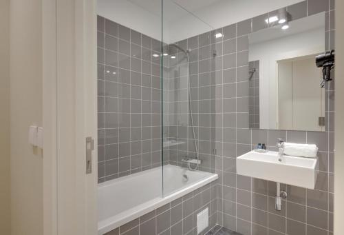 A bathroom at City Stays Bica Apartments