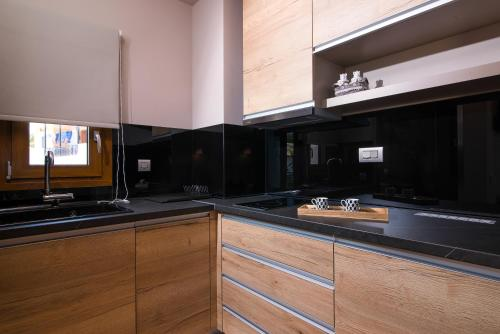 A kitchen or kitchenette at On The Rocks