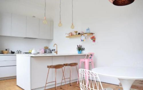 A kitchen or kitchenette at 2 Bedroom Victorian Flat in Putney