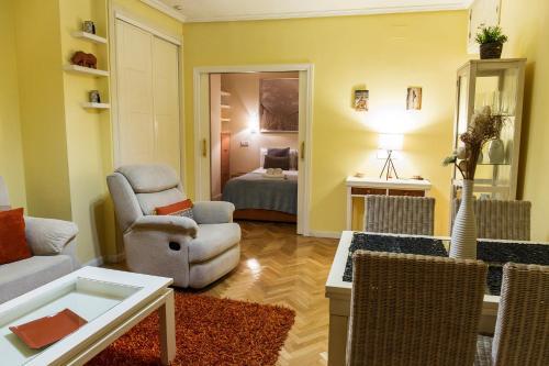 Ein Sitzbereich in der Unterkunft Stay At Home Madrid Apartments V