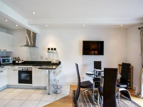 A kitchen or kitchenette at Apartment Loch Tay.3