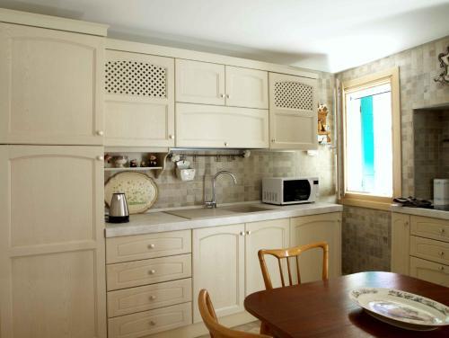 A kitchen or kitchenette at Incantevole piccola casa a Burano