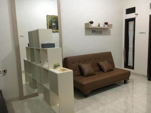 A seating area at deRollas Villa Batu
