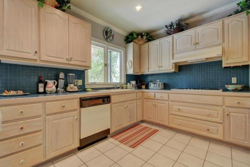 A kitchen or kitchenette at Lake Austin House Home