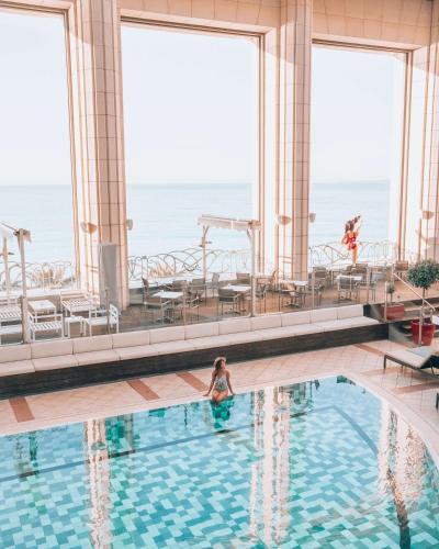 בריכת השחייה שנמצאת ב-Hyatt Regency Nice Palais de la Méditerranée או באזור