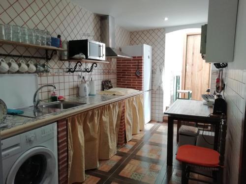 Een keuken of kitchenette bij Casa rústica de pueblo en Sierra de Alcaraz