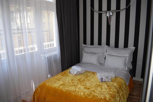 A bed or beds in a room at Apartman Sarajevo