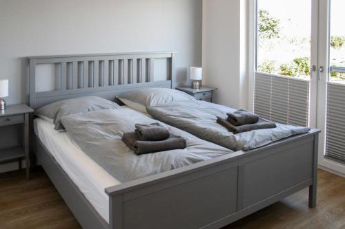 Ein Bett oder Betten in einem Zimmer der Unterkunft Haus an den Salzwiesen - Wohnung Sturmmöwe