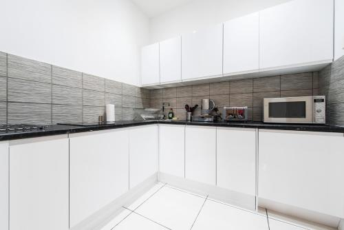 A kitchen or kitchenette at Grosvenor Suites