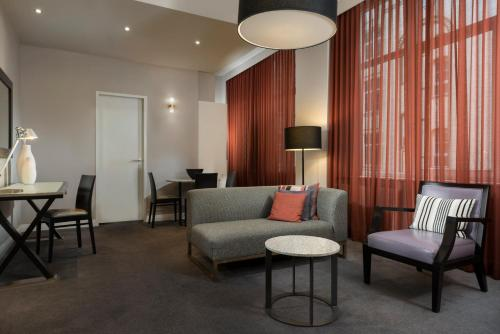 A seating area at Adina Apartment Hotel Berlin Checkpoint Charlie