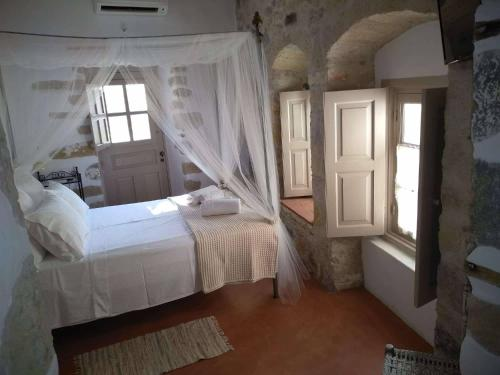 A bed or beds in a room at En Patmo Holiday Home