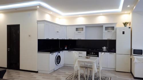 Кухня или мини-кухня в Apartment on Abubakarova 18