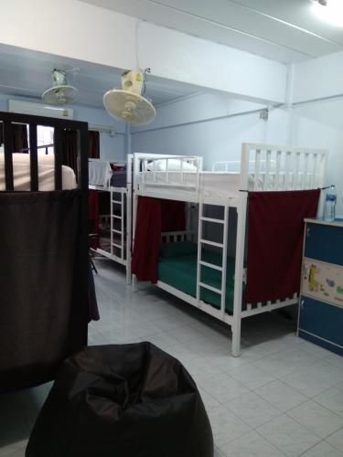 Двухъярусная кровать или двухъярусные кровати в номере Shady's Hostel