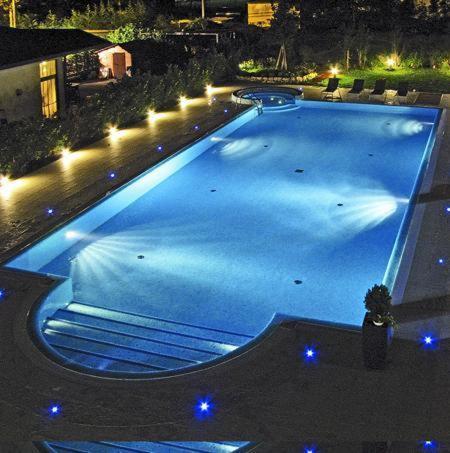 Изглед към басейн в Hotel Victoria или наблизо