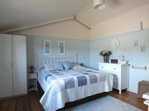 A bed or beds in a room at The Potting Shed (Self Catering)