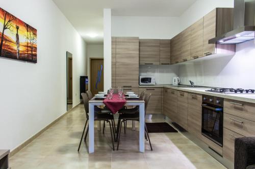 Cuisine ou kitchenette dans l'établissement Montville Apartment