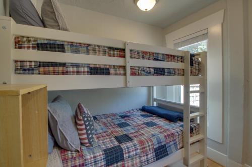 Poschodová posteľ alebo postele v izbe v ubytovaní West Bremerton Cozy Home