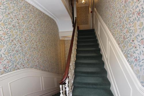 Una cama o camas en una habitación de Stay-In Apartments Queensway