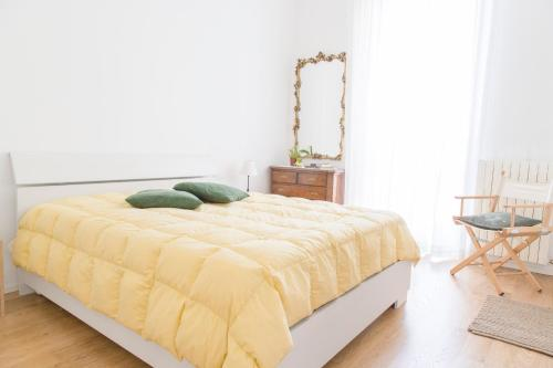A bed or beds in a room at Modern and central apt in Porta Romana