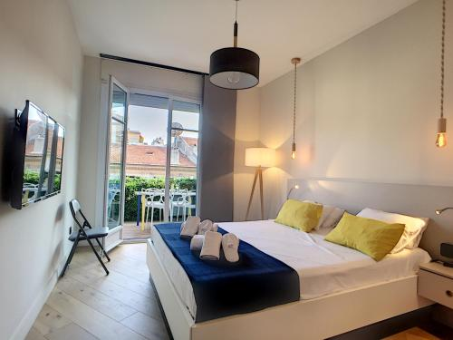 A bed or beds in a room at Nestor&Jeeves - LA ROTONDE TERRASSE - Central - Very close sea
