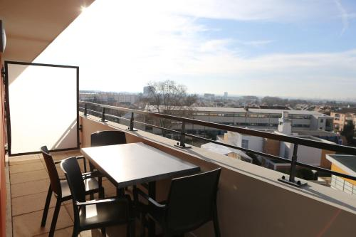 A balcony or terrace at Adonis Paris Sud