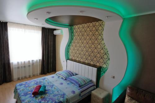 Кровать или кровати в номере Апартаменты Вега на Революции 3