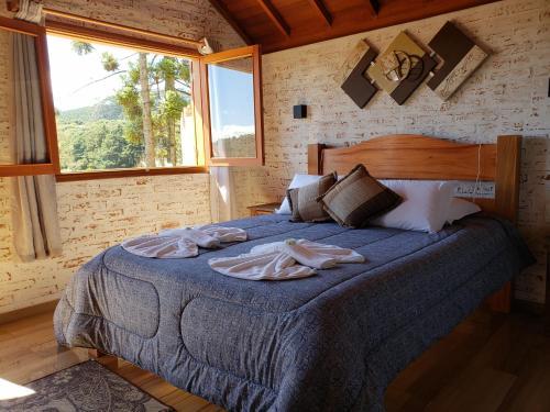 Cama ou camas em um quarto em Chalé vista das montanhas