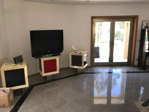 A television and/or entertainment center at Maison vacances