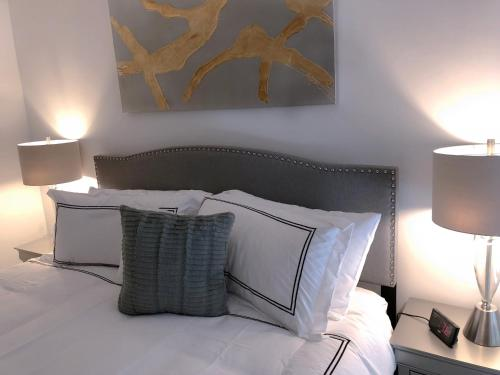 A bed or beds in a room at Exclusive One Bedroom Apartment in Back Bay, Boston