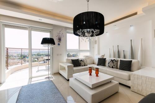 A seating area at FeelHome - Tel Aviv Penthouse