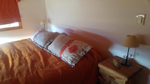Una cama o camas en una habitación de Iñhué