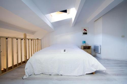 A bed or beds in a room at Spacious T1 bis - Area Saint-Michel
