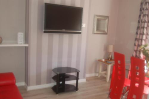 En tv och/eller ett underhållningssystem på elegant apartment in knightswood area of glasgow