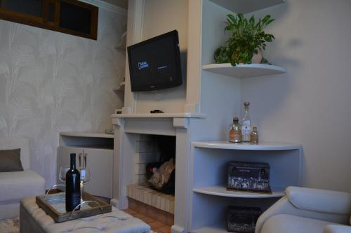 A television and/or entertainment centre at Condomínio Residencial Bugannvilias Flat