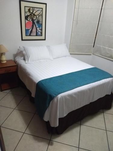 A bed or beds in a room at Habitaciones amobladas en Surco