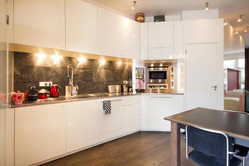 Küche/Küchenzeile in der Unterkunft Luxury Canal Apartment