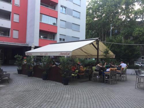 Reštaurácia alebo iné gastronomické zariadenie v ubytovaní Miracle apartment