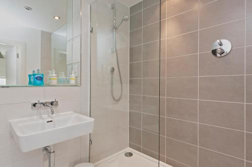 A bathroom at Deluxe Reading Green Park Business Executive Apartment