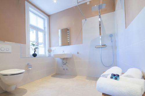 A bathroom at GDA Hotel Schwiecheldthaus
