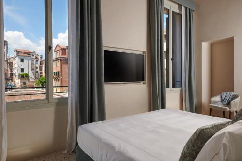A bed or beds in a room at Palazzo Morosini Degli Spezieri