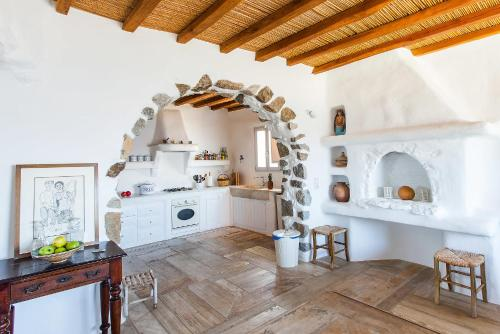 A kitchen or kitchenette at Villa Elise by Mykonos Pearls