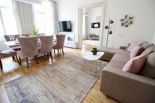 A seating area at NEW DESIGN & STYLE Apartment Old Town XXL