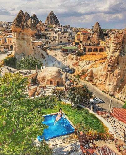 Вид на бассейн в Traveller's Cave Hotel или окрестностях