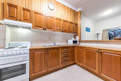 A kitchen or kitchenette at Sea Breeze- Cannonvale