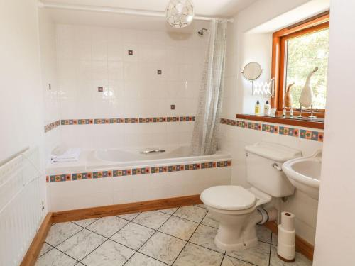 A bathroom at Hillside Cottage, Sedbergh